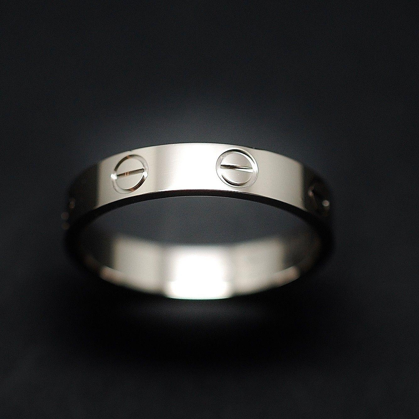 à vendre : 680€ Bague Cartier Love Or gris 18K Vers 2002. Taille 54. Poids total : 2.90 gr largeur : 3.5 mm Boîte d'origine Taille 54 mise à taille impossible Prix neuf : 1100€