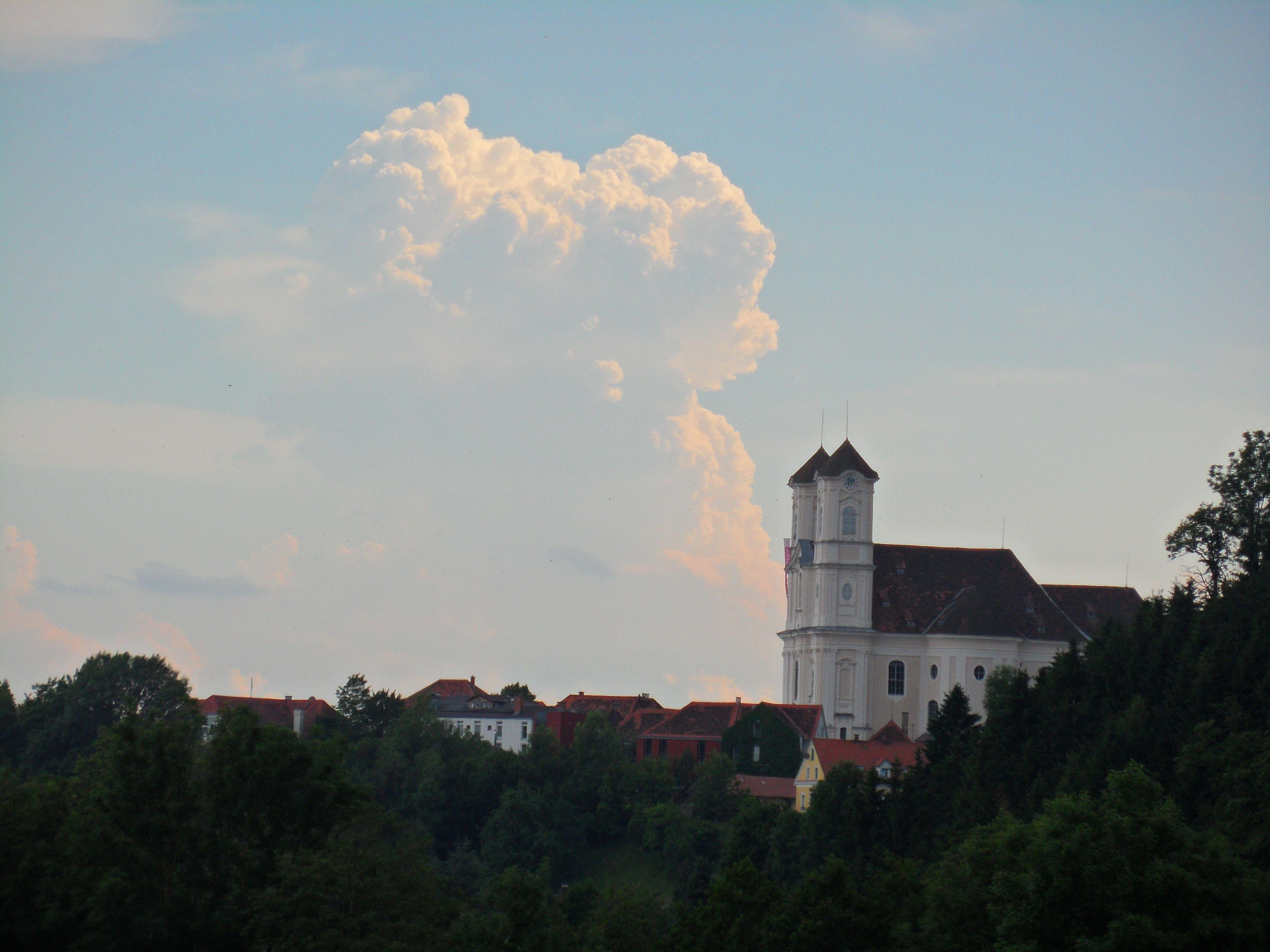 07.06.2014: Gewitterturm über der Weizbergkirche