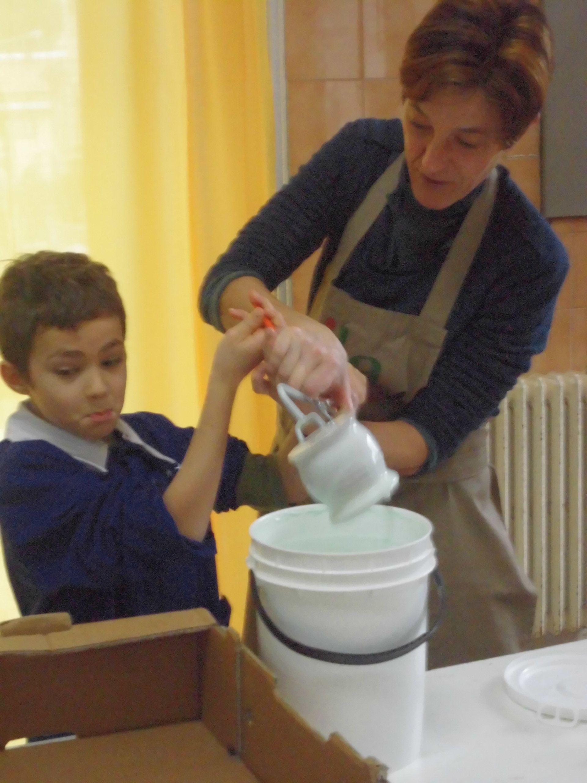 Ciclo completo della foggiatura di un vaso. Lavorazione al tornio,cottura e l'immersione in uno smalto.