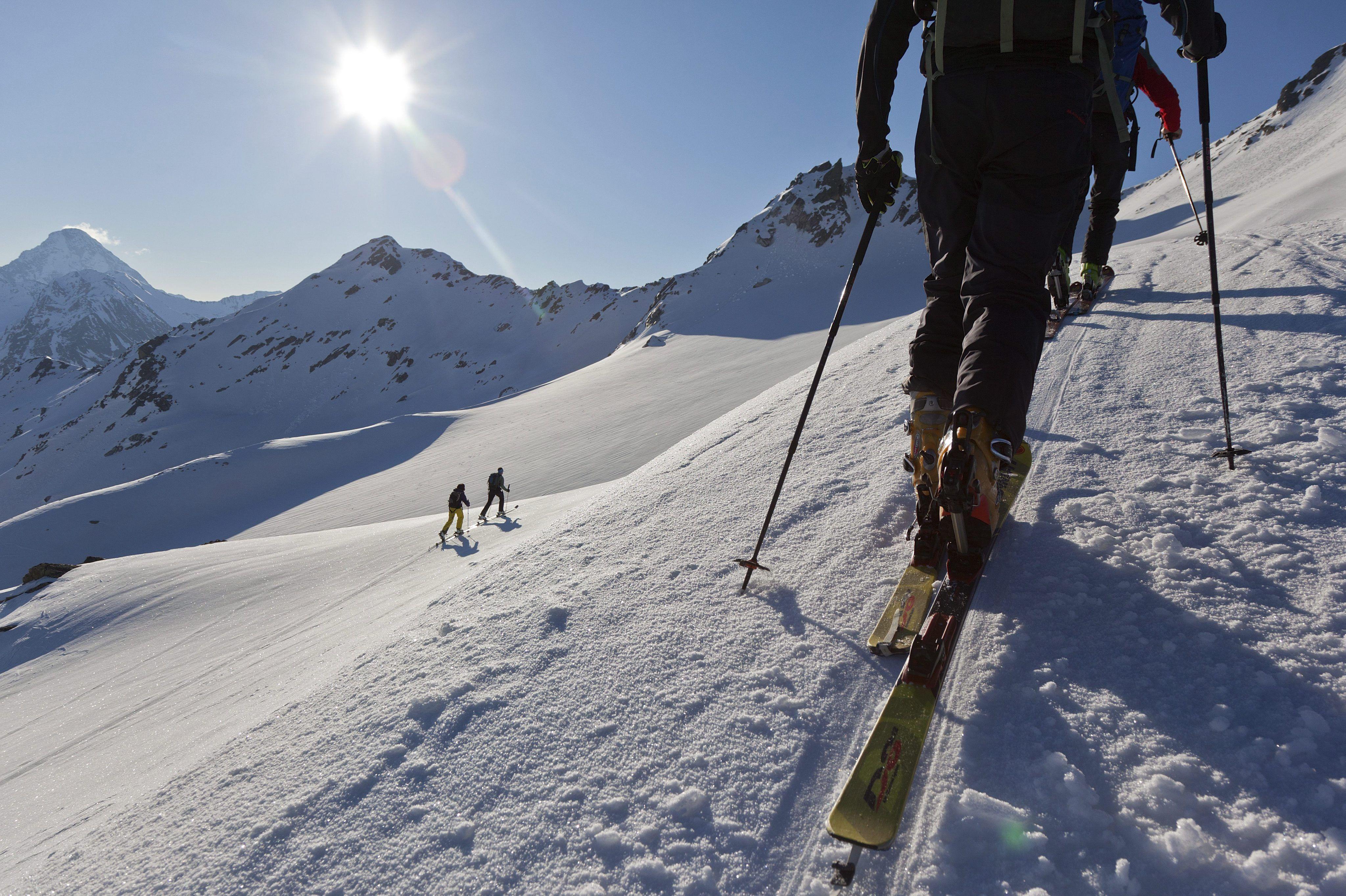 Un grupo de esquiadores practica esquí de travesía cerca a Davos (Suiza).   (EFE/ ARNO BALZARINI)