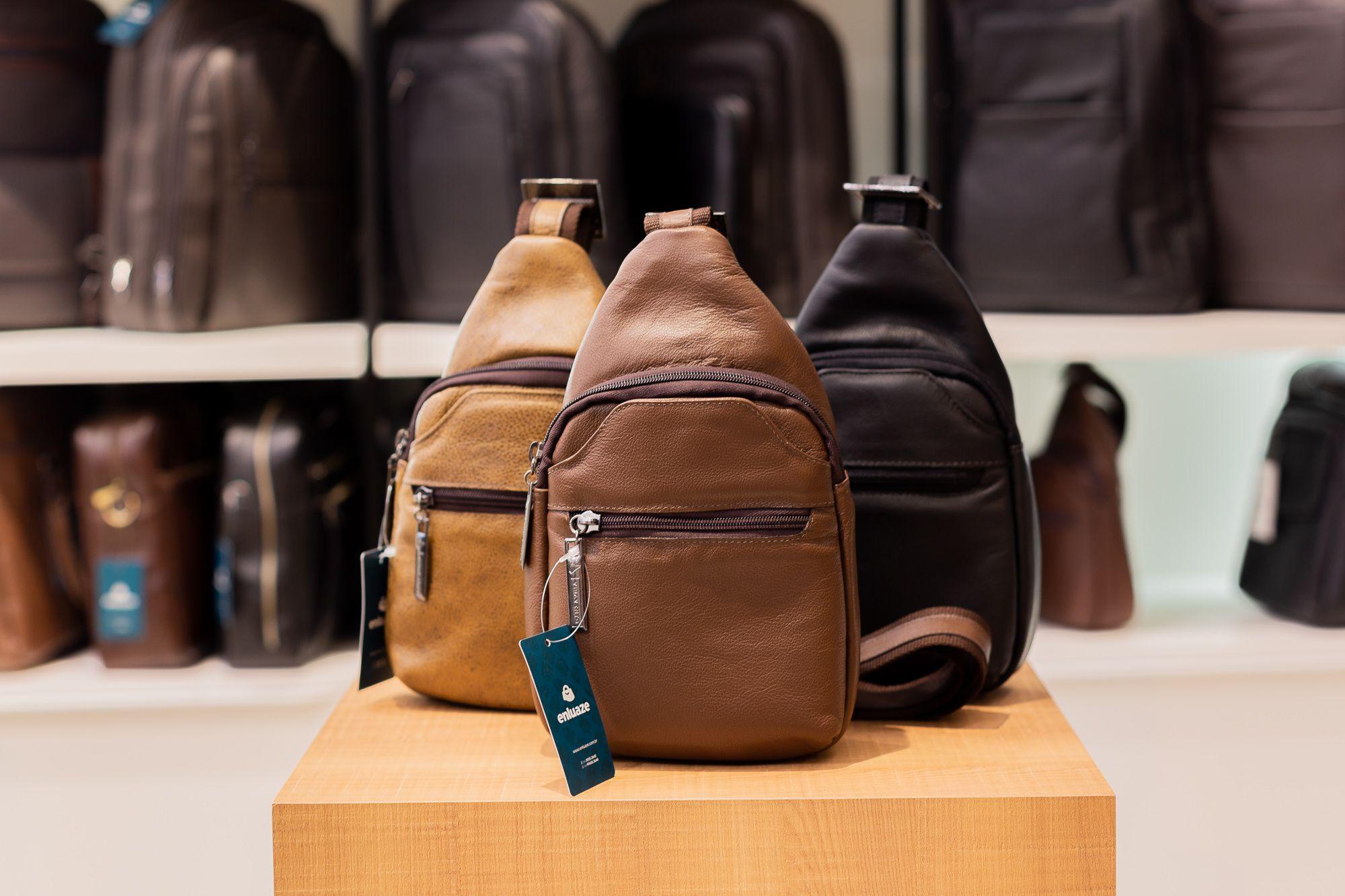 3ba33f528 Mini mochila transversal de couro masculina Jeff cedro   Mochilas ...