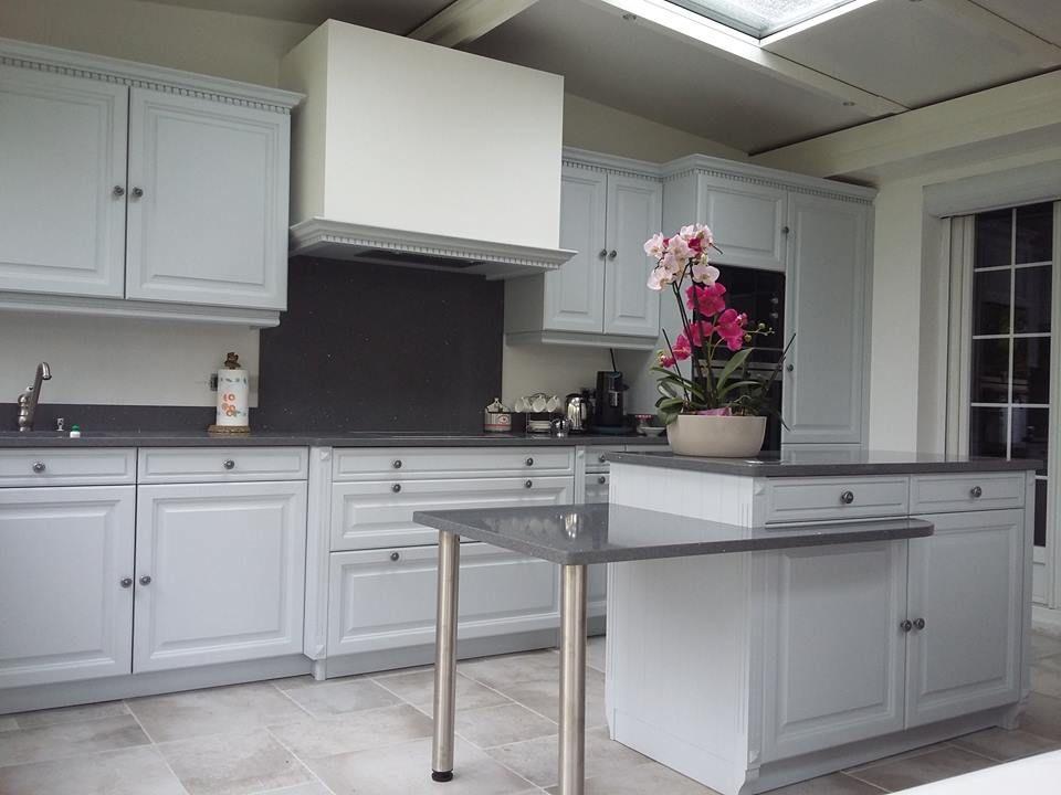 une cuisine blanche avec un plan de travail gris c 39 est tr s chic compac quartz titaneo. Black Bedroom Furniture Sets. Home Design Ideas