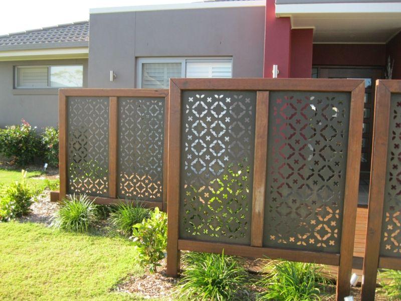 Sichtschutz im Garten aus Metall mit Holzrahmen Sichtschutz Garten