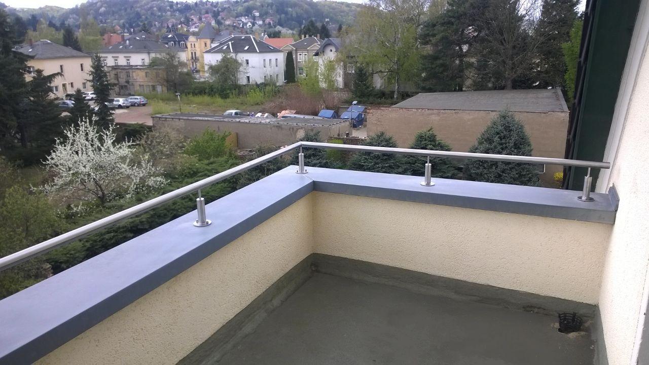 sicher und attraktive l sung f r einen balkon durch einen edelstahl handlauf gel nder au en. Black Bedroom Furniture Sets. Home Design Ideas