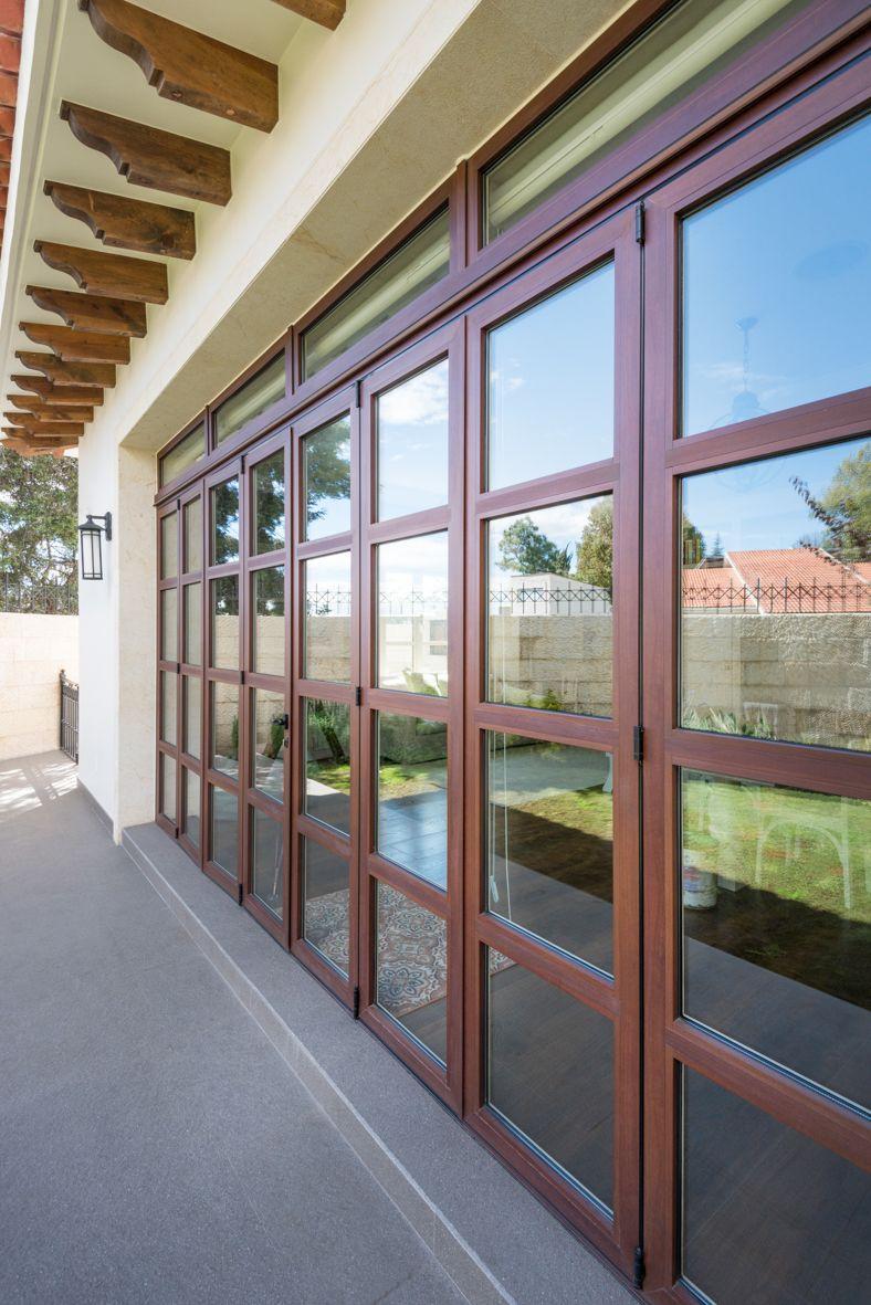 Puerta plegable de madera en el interior y aluminio for Ventanas de aluminio con marco de madera