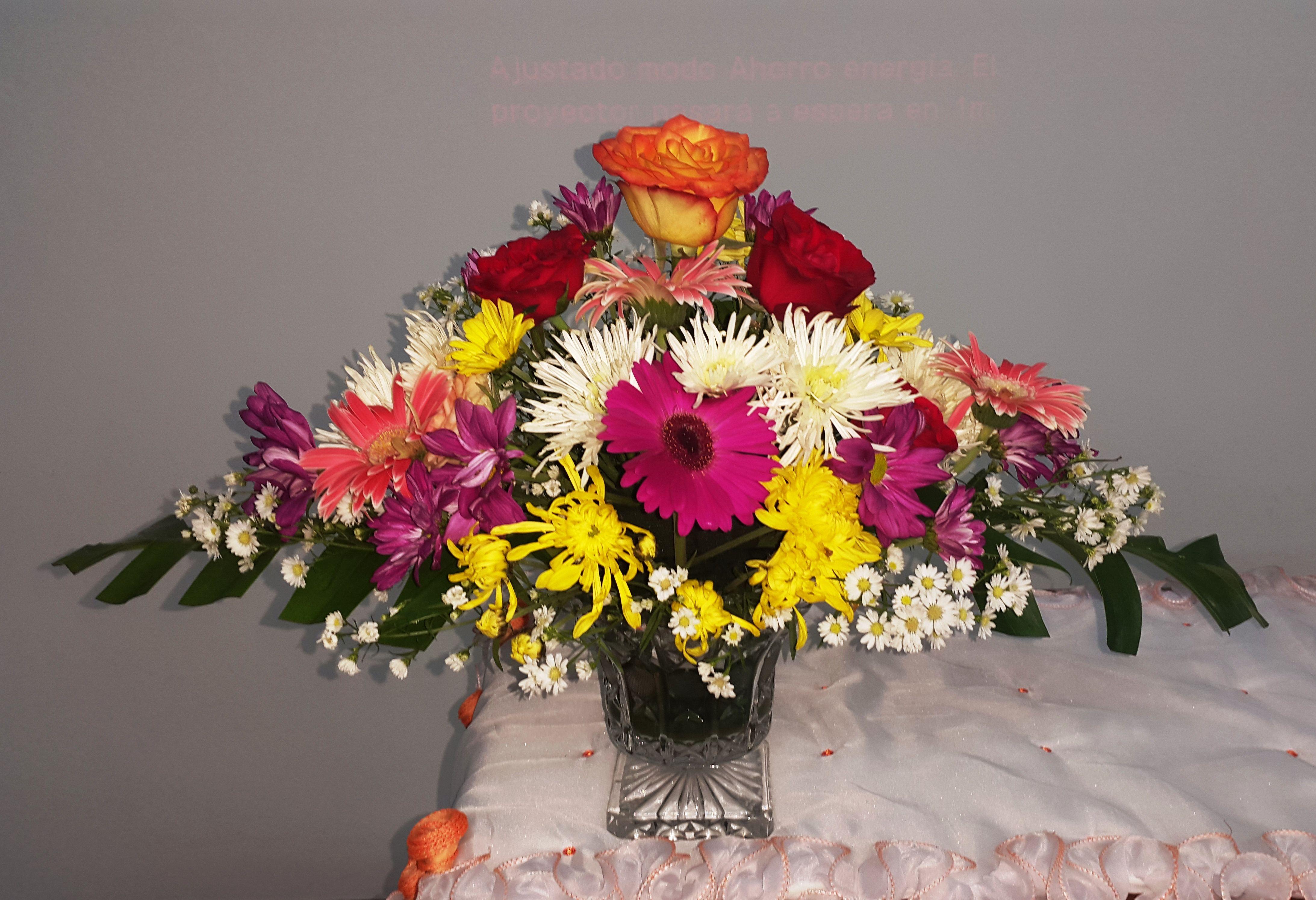 Variedad De Flores En Arreglo Floral Rosas Margaritas Gerberas