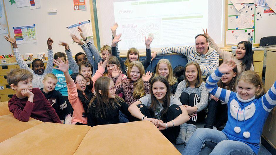 Voiko kymmenvuotias olla vastuussa omasta oppimisestaan? Vantaalaisen Veromäen koulun opettajan Markus Humalojan mielestä voi. Veromäellä neljäsluokkalaiset opiskelevat omaan tahtiinsa. He suunnittelevat itse viikkoaikataulunsa ja arvioivat osaamistaan. Ylen Koulukorjaamo-sarja seuraa kevään ajan, miten arki sujuu Veromäellä, kun käytössä ovat yksilöllisen oppimisen uudet menetelmät.