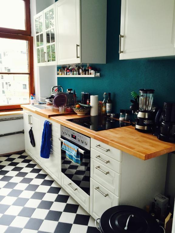 Gemütliche Küche in Kölner Altbau mit dunkelblauer Wand und schwarz - dunkelblaue kche