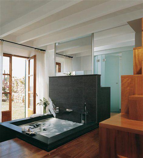 Bañera diseñada por Joan Lladó y realizada en gresite negro Tabique