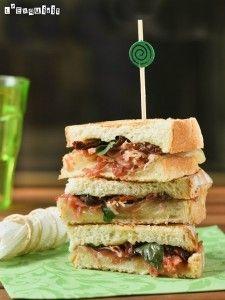 Sandwich mixto con tomates en aceite y albahaca | L'Exquisit