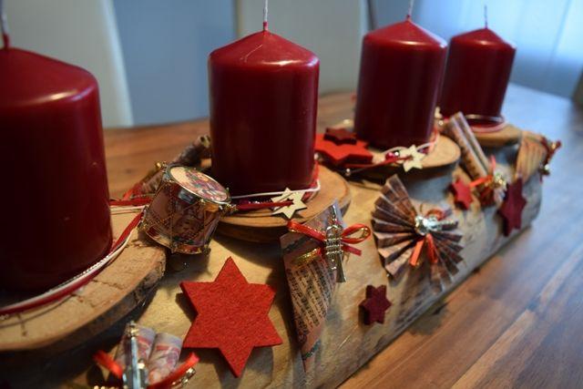 adventskranz aus einem halben baumstamm mit kleinen instrumenten dekoriert adventskranz holz