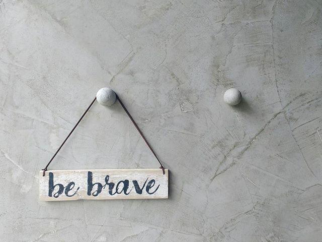 """""""Tenha coragem e seja gentil """" . . . . . . #placadecorativa #placaspersonalizadas #rustic #farmhouse #handmade #bebrave #coragem #instahome #instadecor"""