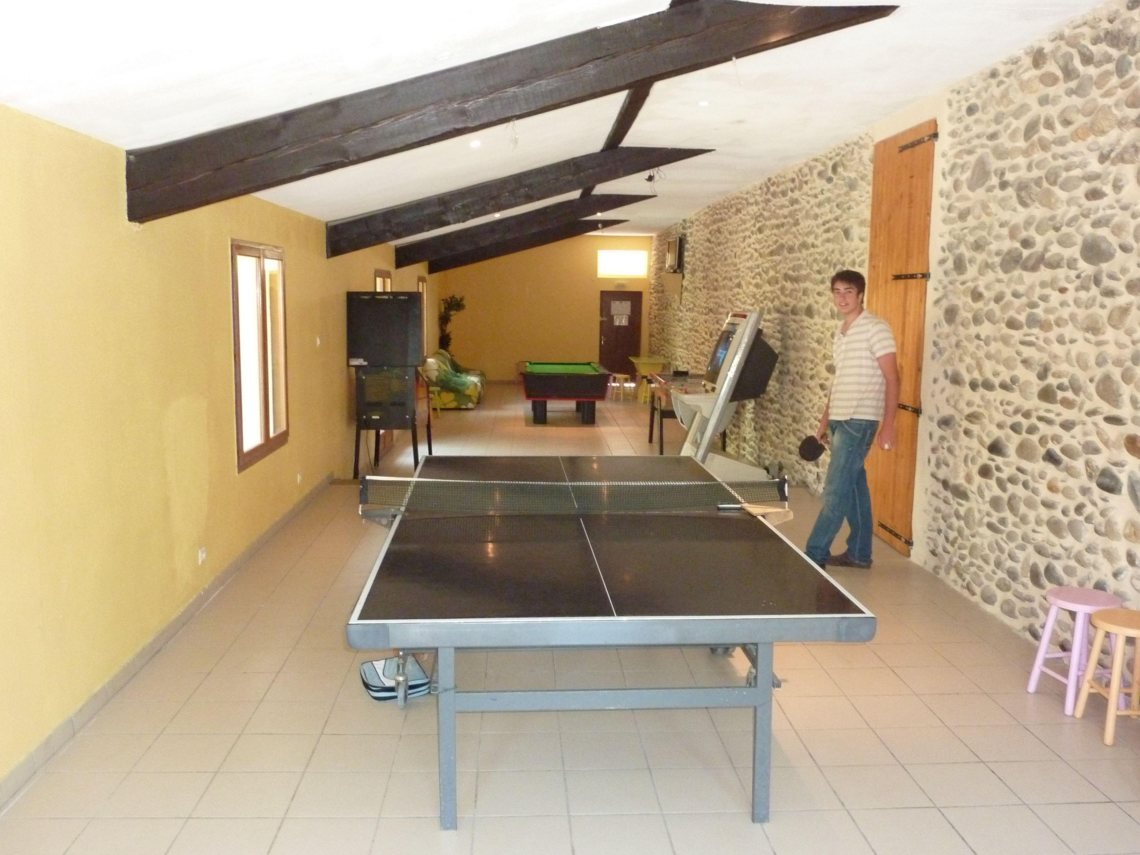 grande salle de jeux pour les adultes comme pour les enfants avec tv tennis de table. Black Bedroom Furniture Sets. Home Design Ideas