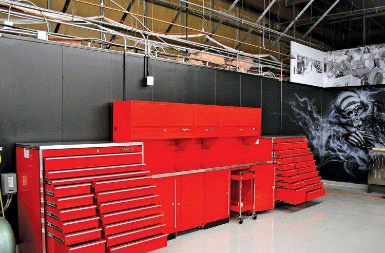 Aménagement Garage Avec Meubles Rouges, Plafond À Structure