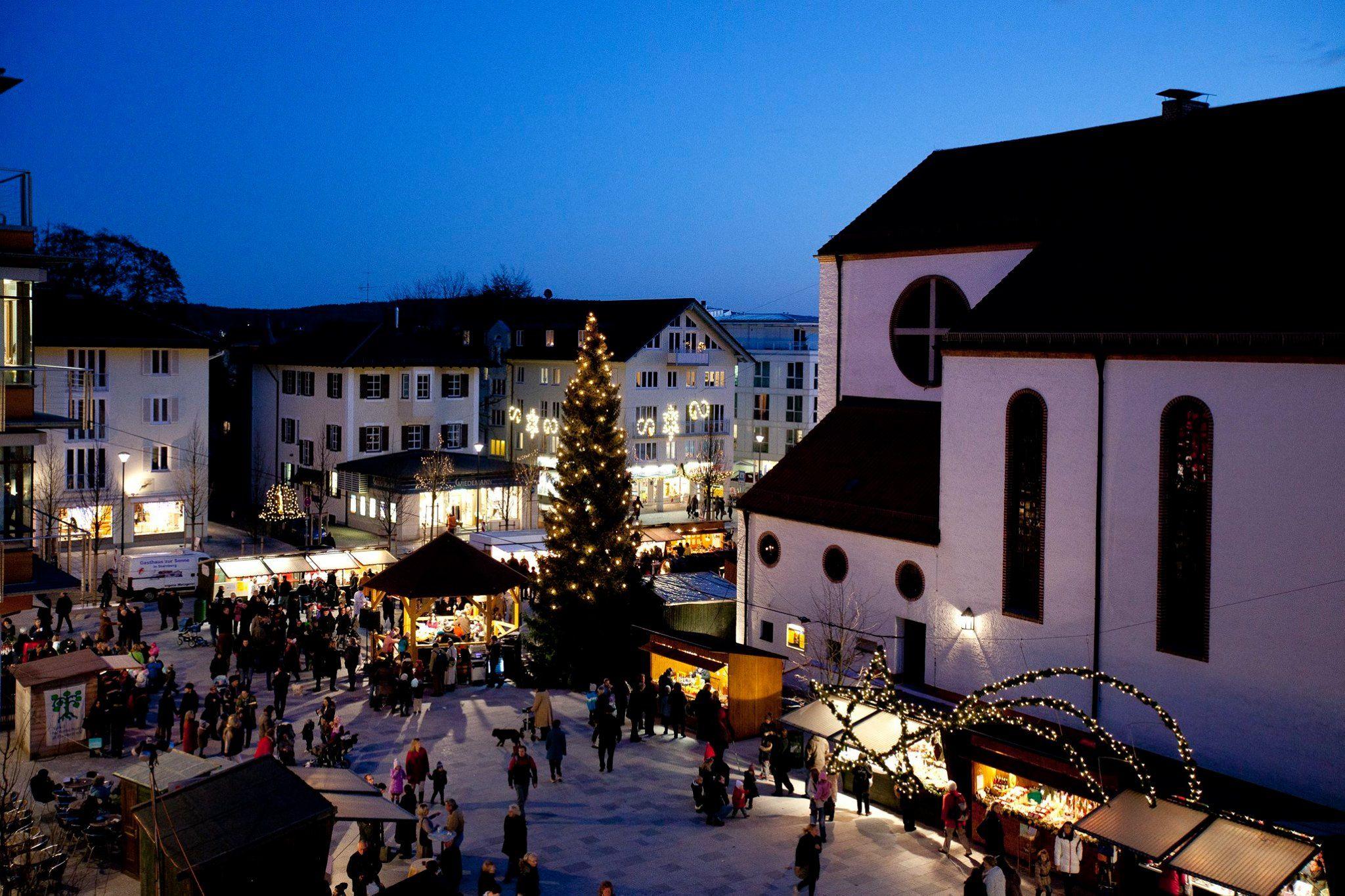 Starnberg Weihnachtsmarkt.Christmas Market At Churchyard In Starnberg Starnburg House