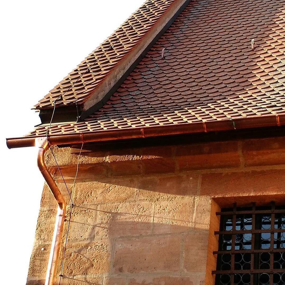 Fiinimmissä rakennuksissa rännit ja syöksytkin voidaan tehdä kuparista! Kuva keskiaikaisesta rakennuksesta Nurnbergin vanhastakaupungista. Mielenkiintoinen yksityiskohta on myös katon korotettu päätyharja. Sen funktio on mitä todennäköisimmin pitää sadevesi valumasta päädyn yli ja pitkin hiekkakiviseinää. Samalla tavalla suomalaisissa kolmiorimakatoissa on usein päätyrima estämässä valumista. On myös mahdollista että talon seinänaapurina on ollut korkeampi rakennus joka on tuhoutunut 2…