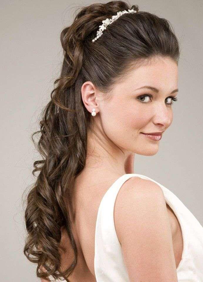 Acconciatura sposa capelli lunghi con diadema acconciatura sposa con ... e65bdd2640c5