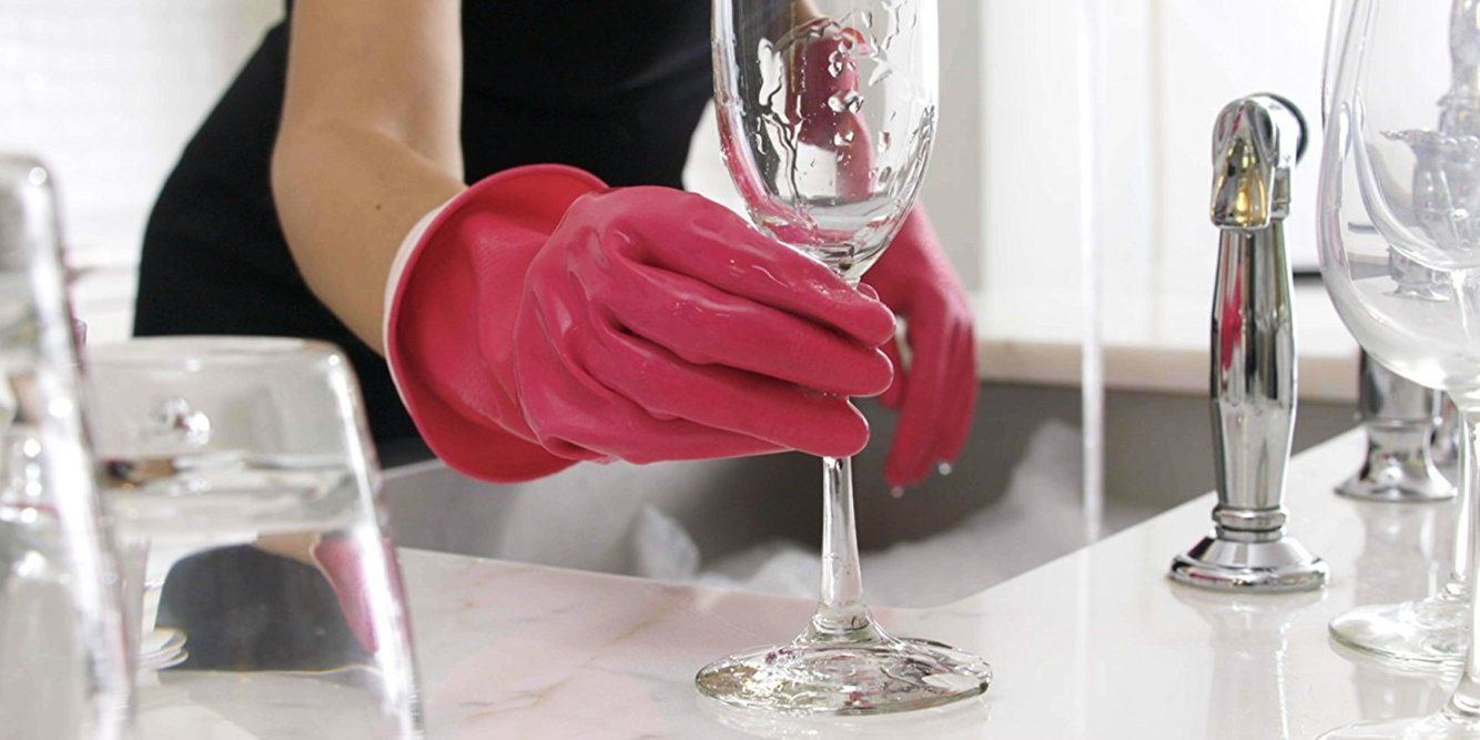 A Good Pair Of Rubber Gloves Makes Washing Dishes And Cleaning Your Home Easier We Tried Several Rubber Glov Dishwashing Gloves Rubber Gloves Cleaning Clothes