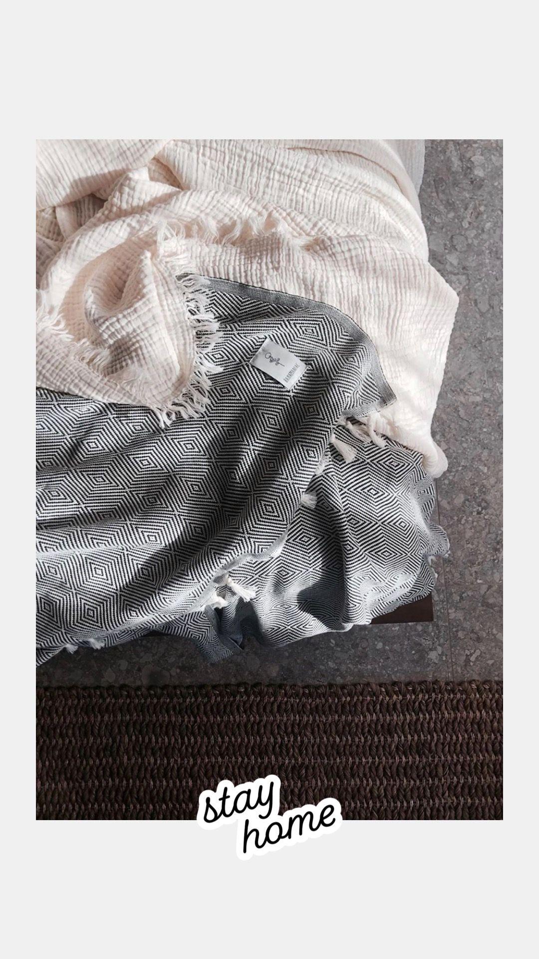 Entdecke schicke Decken und Tücher aus Baumwolle bei Studio Fjer #handmade #wohnaccessoires