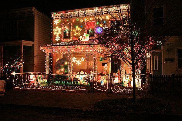 Maison Moderne Idees De Decoration Exterieure De Noel Avec Toute La Lumiere Tres Grande Holiday Lights Display Christmas Lights Christmas Display
