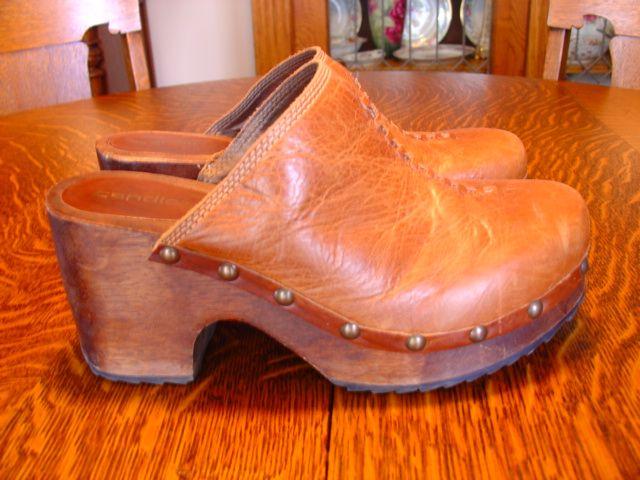 76085da67320b Candies brown clogs, size 10   Candie's Shoes   Clogs, Shoes, Clogs ...