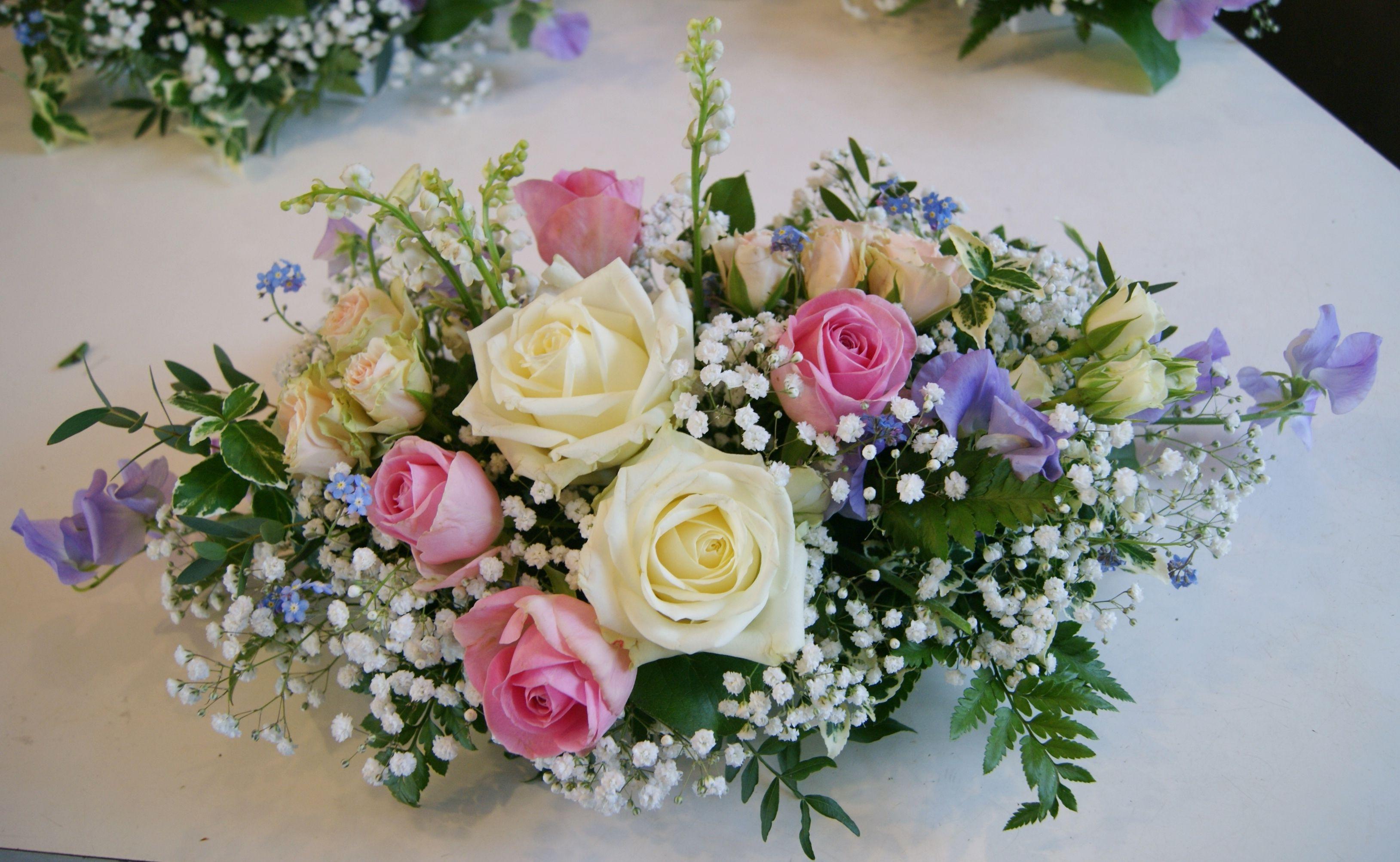 Centre de table mariage avec roses roses branchues pois de senteur gypsophile fleurs - Bouquet table mariage ...