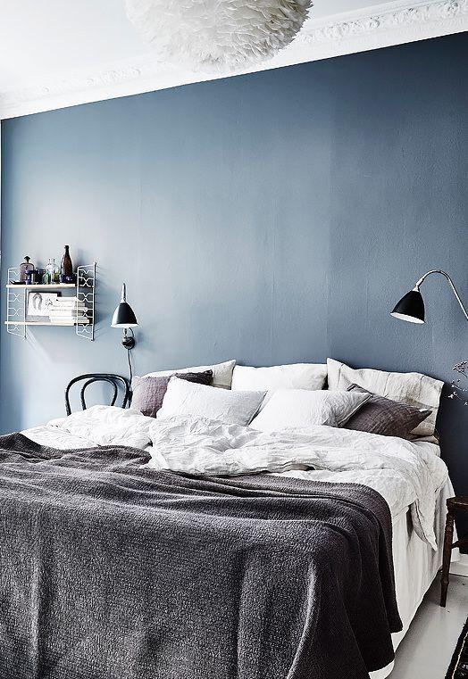 Upea sininen seinä, jonka kanssa valkoinen ja harmaa sopivat täydellisesti. Sukhin blogissakin on puhuttu värien merkityksestä: sininen tuo sisustukseen tasapainoa, rauhallisuutta ja lempeyttä. #blueinterior #bedroom #bluewall