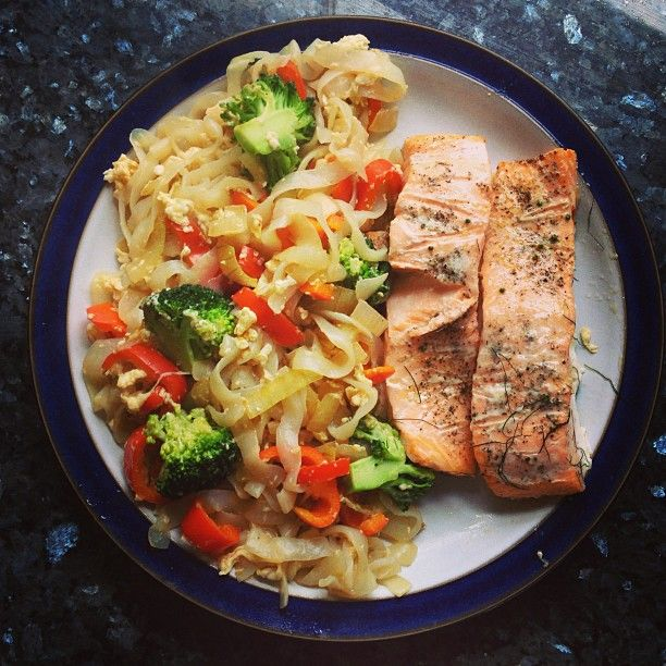 .@blondehealth | Dinner tonight is 2 salmon fillets baked with herbs, and then some slim pasta...
