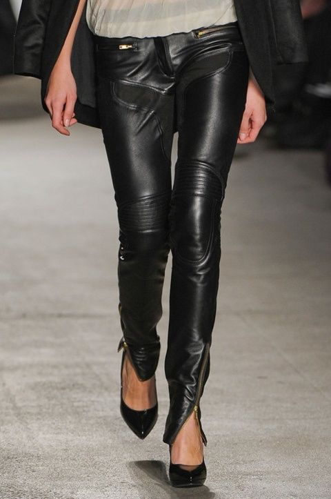 Imagen de http://theparakeetslounge.com/wp-content/themes/theParakeetsloungev7/collections/fashion/full/images/Amazing%20leather%20pants...jpg.