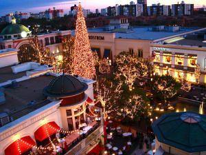 Santa Snow And Holiday Entertainment At The Grove Grove Los Angeles La Trip Los Angeles Shopping
