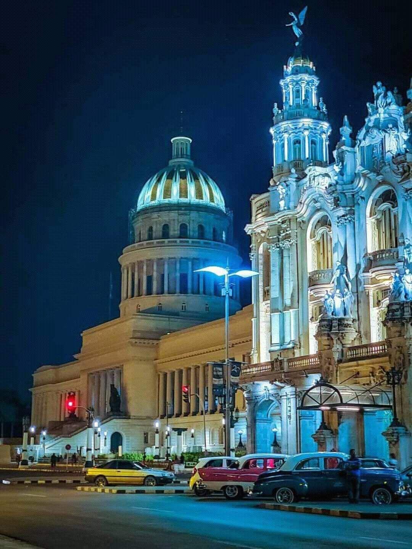 Capitolio y Centro Gallego de Noche.