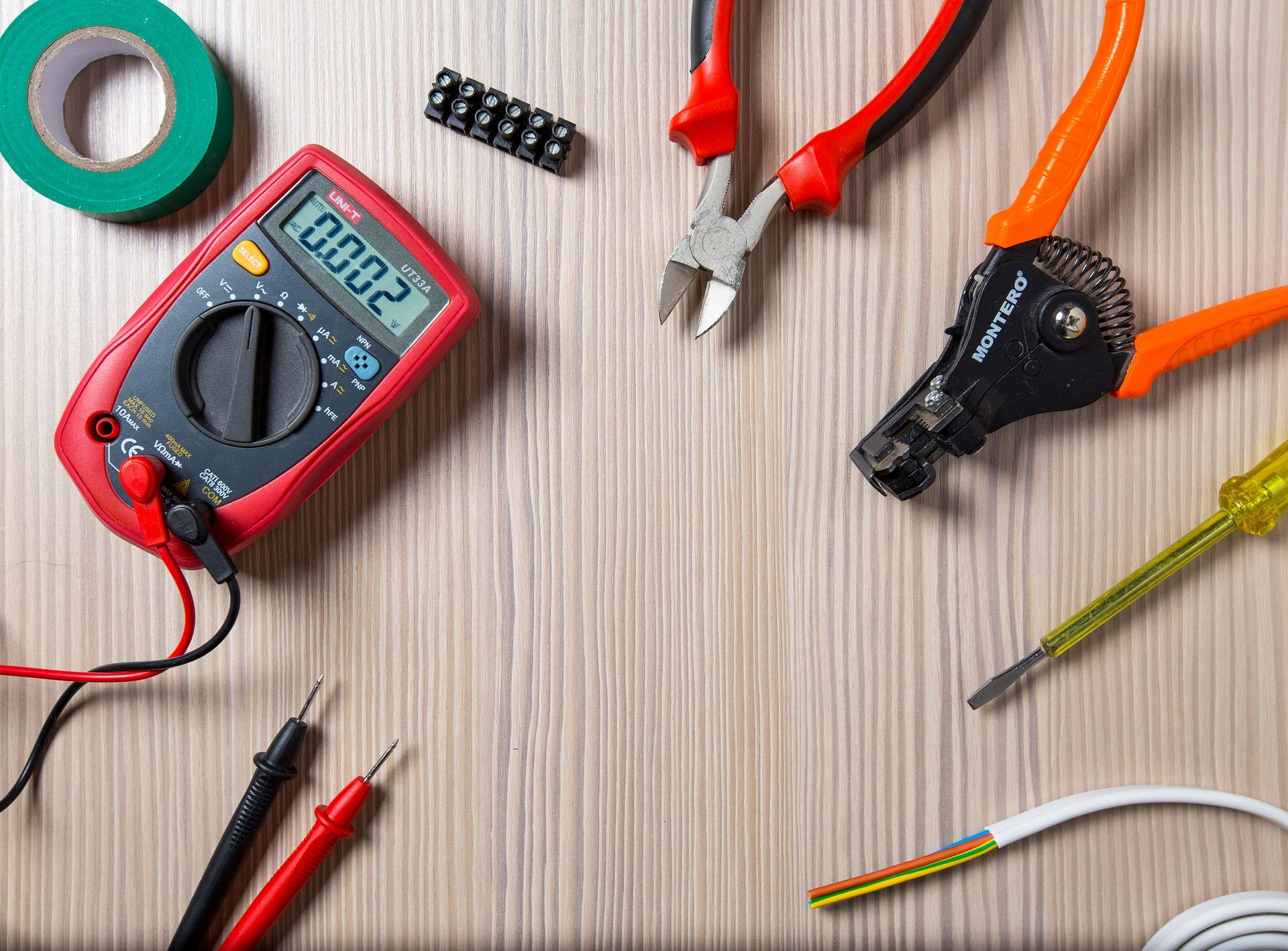 Benefits Of Hiring Professional Electrician Electrician Services Emergency Electrician Electricity