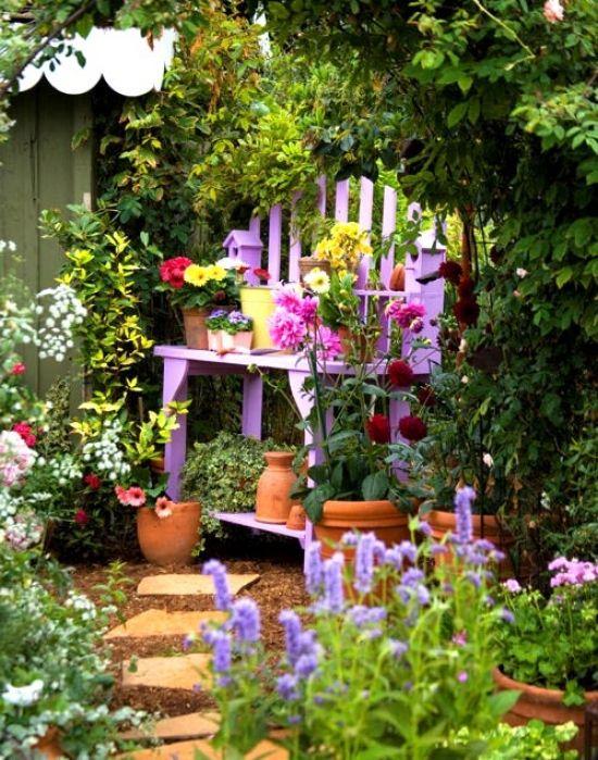 gartendeko mit gartenschrank aus paletten in lila garden - cottage garten deko