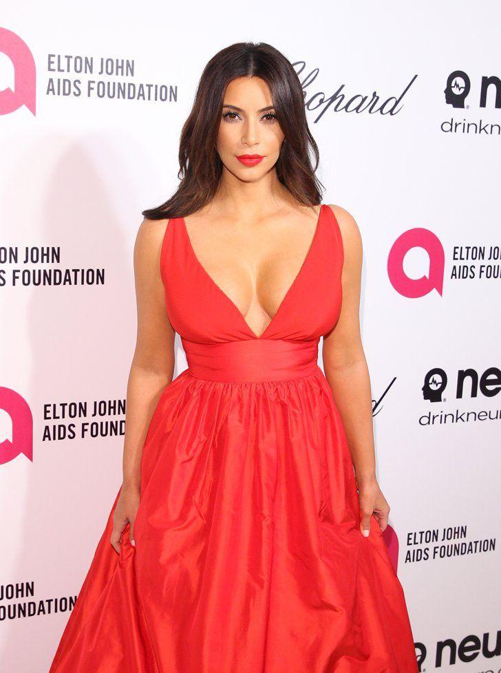 Pin for Later: All die Momente, in denen wir unseren Blick nicht von Kim Kardashians Ausschnitt lösen konnten Als sie sich mit Elton John die Oscars anschaute