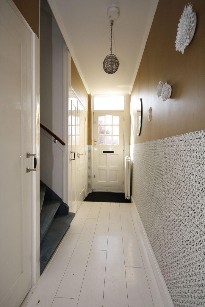 Lambrisering gemaakt met behang van onszelf en goudverf grijs ipv goud lambrisering - Behang ingang gang ...