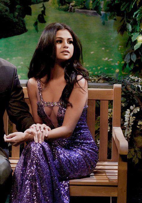 Selena Gomez Cleavage pictures