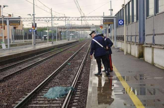 La crisi che uccide: imprenditore si lancia sotto il treno e muore