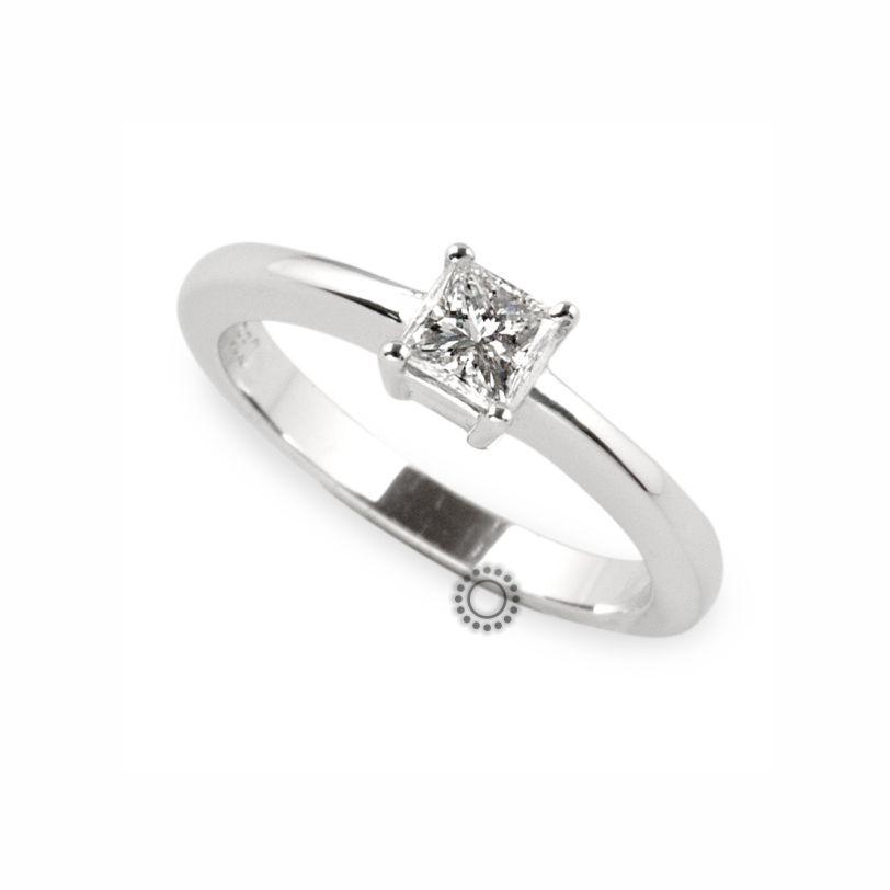 Μονόπετρο δαχτυλίδι με τετράγωνο διαμάντι σε κοπή princess cut (καρέ) από  λευκόχρυσο Κ18  c587d4c1cc6