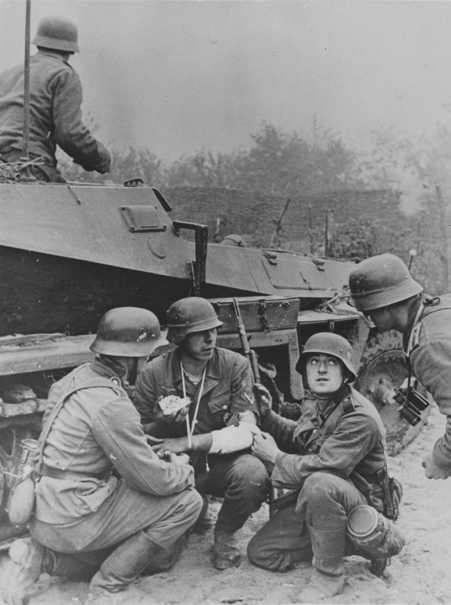 deutsch soldaten in deckung hinter einem gepanzerten sd. Black Bedroom Furniture Sets. Home Design Ideas