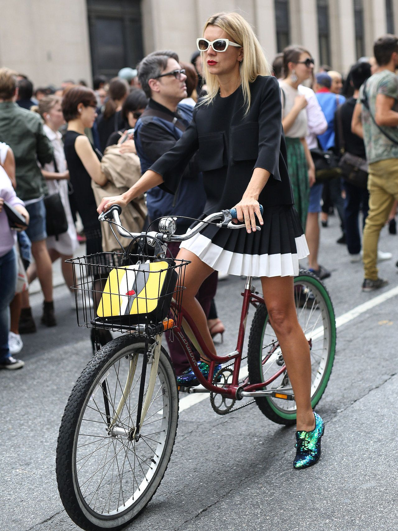 """Odd - No one appears to be noticing this stylish girl and her bike?? Also, wonder if the choice of non-matching tyres was a concious one?. Do like it though."" Thanks to Katharina for sharing this pin. .MAKETRAX.net - Bicycle STYLE RIDERS"