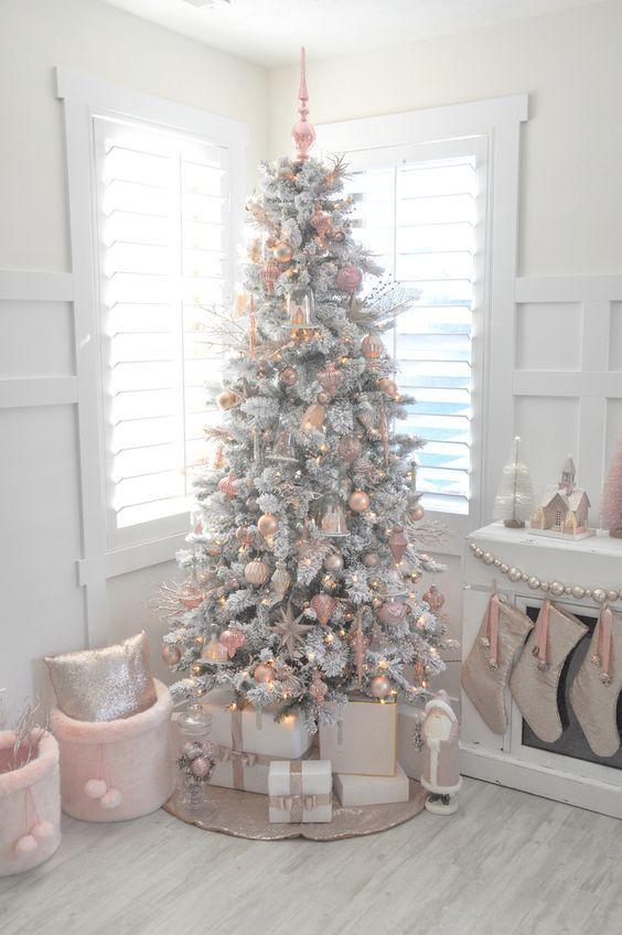 Un salon et un sapin de Noël rose poudré, gris, blanc et or