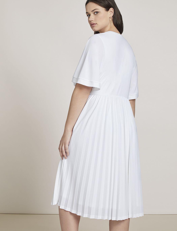 Cross Front Pleated Dress Women S Plus Size Dresses Eloquii Pleated Dress Womens Dresses Versatile Dresses [ 1370 x 1050 Pixel ]