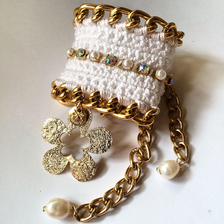pulsera tejida a crochet con dije calado con ba o de oro accesorios pinterest crochet. Black Bedroom Furniture Sets. Home Design Ideas