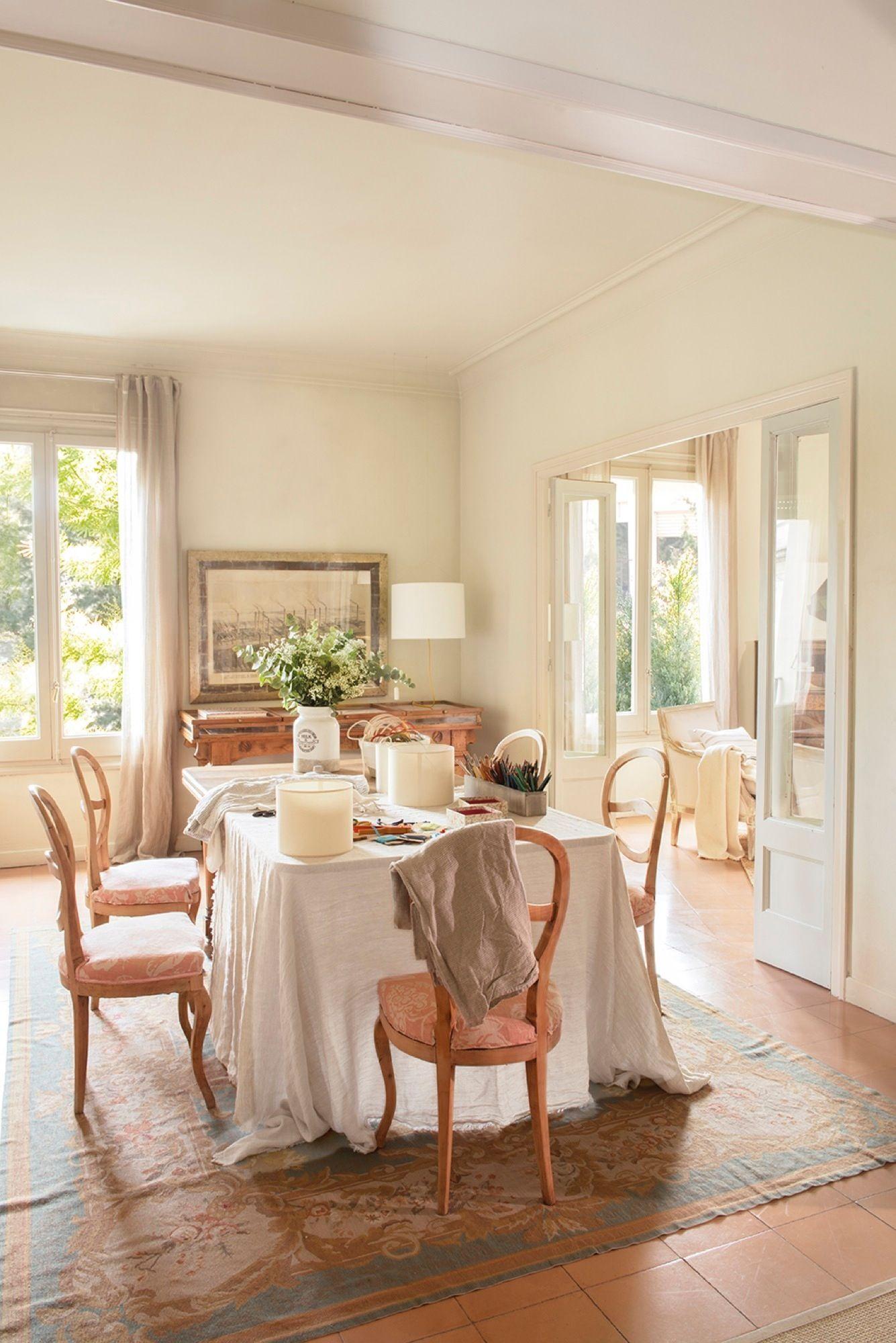 Los manteles, largos. En el comedor, mesa y sillas antiguas ...