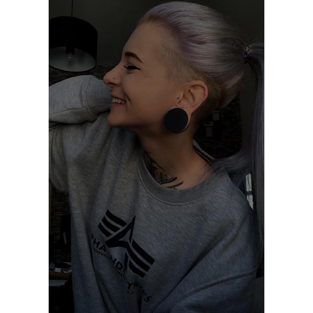 She loves me not,loves me not 🖤 #alisha_hoult #tattoedgirl #tattooed #inked #inkedgirls #tattoedgirls #instattoos #girlwithtattoos #piercing #tattoogirls #tattooinkgirlsmodels #tonnels #girlswithtonnels #girlswithpiercing #blondie #blond #blondiegirls #color #colorful #colorfulhair #nostrilpiercing #nostril #beauty