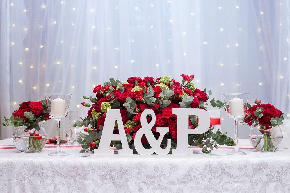 Dekoracja Sali Weselnej Jarzebina W Wilczycach Czerwone Roze Piekna Scianka Led Za Para Mloda Swiece I Dodatki Wedding Decorations Table Decorations Wedding