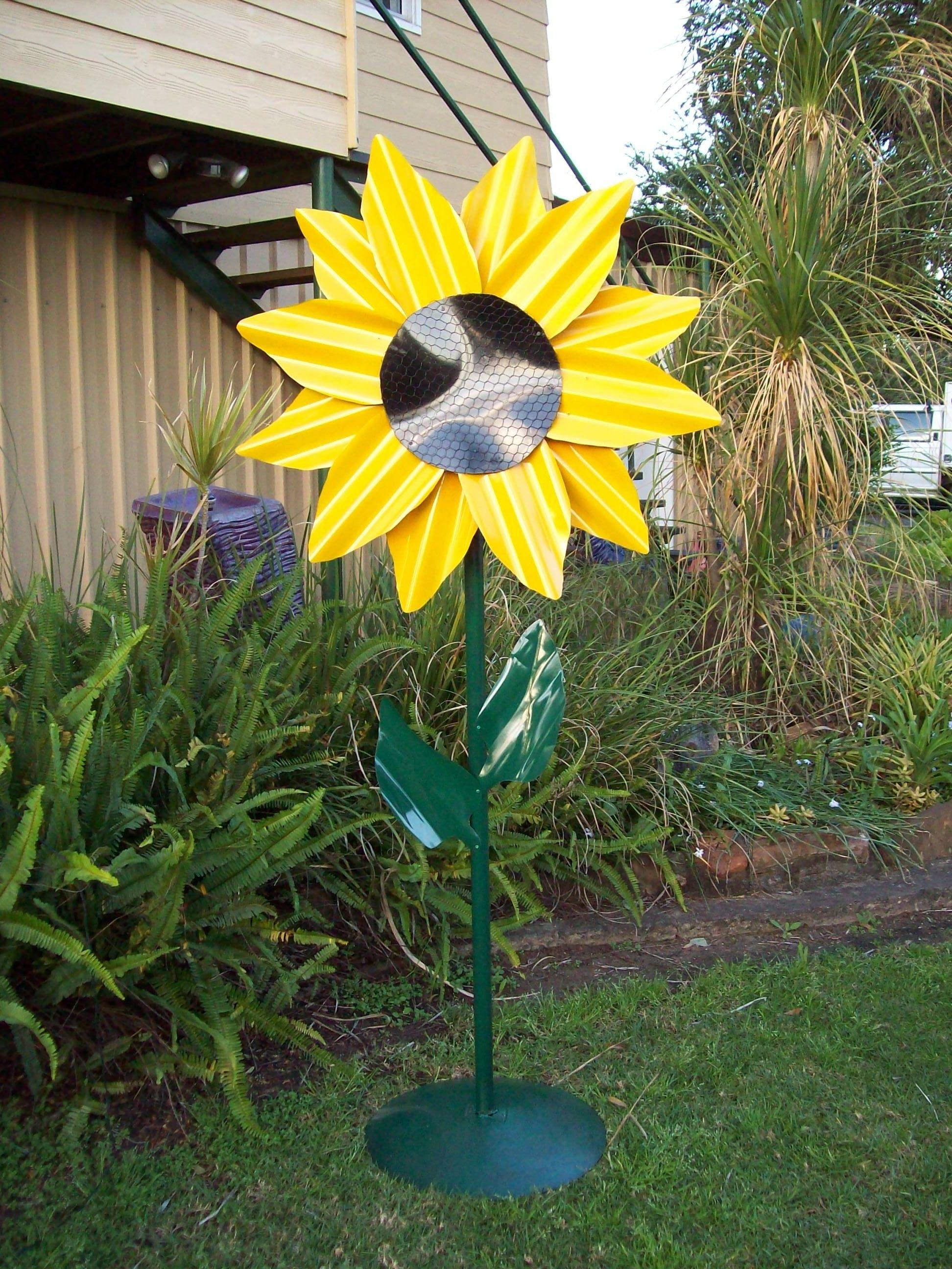 corrugated iron sunflower | Metal garden art, Garden art ...