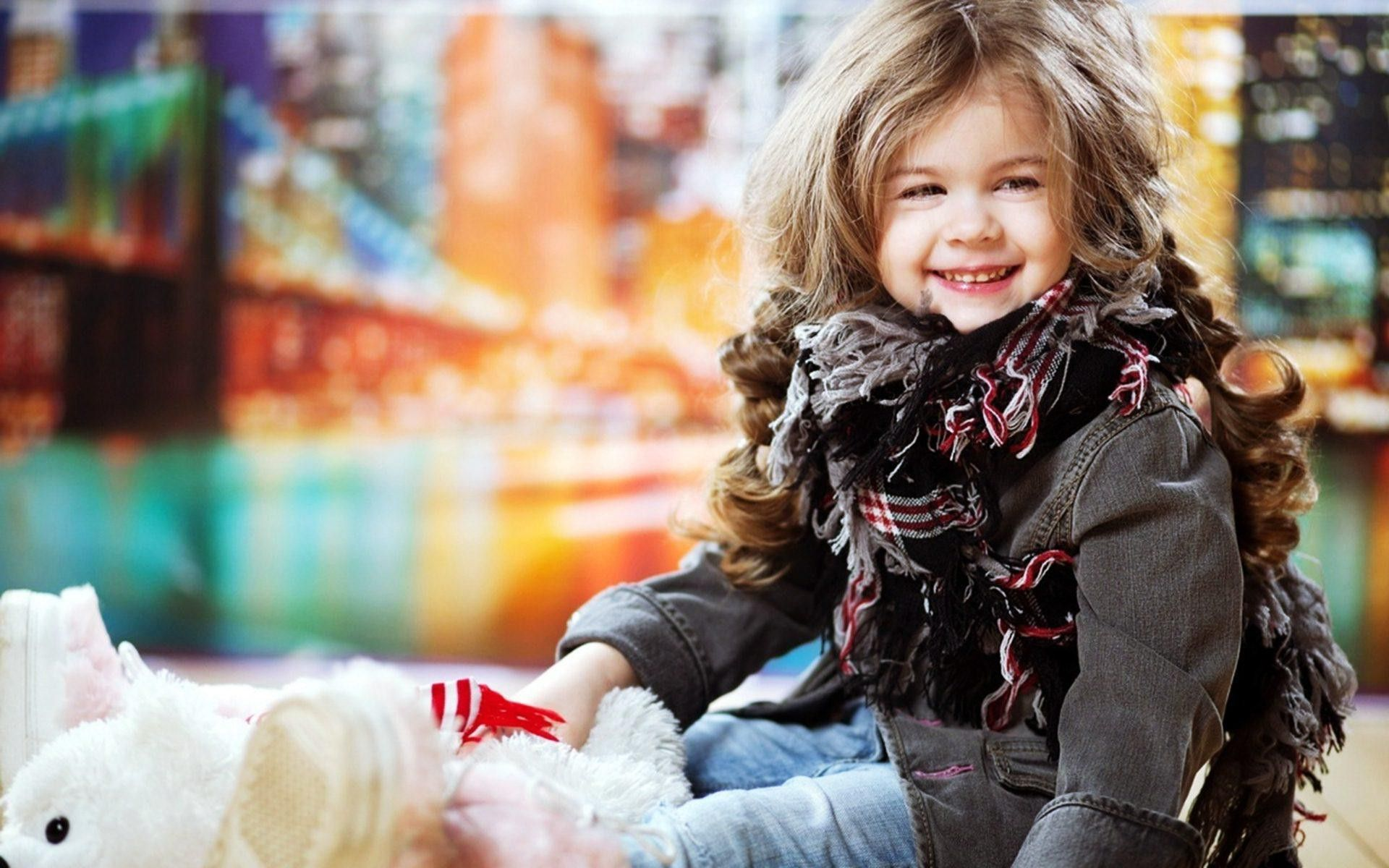 Little stylish girl wallpapers advise to wear in autumn in 2019