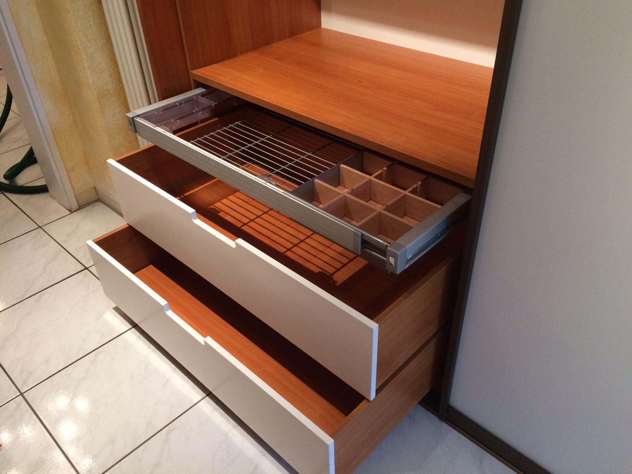 kleiderschrank ideen schubladen und auszug mit schubkasteneinteilungen f r g rtel krawatten. Black Bedroom Furniture Sets. Home Design Ideas