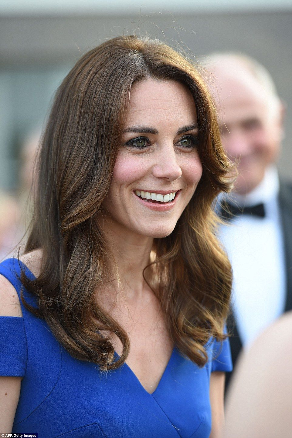 Kate Wears A 2 000 Roland Mouret Gown For Sportsaid S Banquet Kate Middleton Hair Duchess Kate Duchess Of Cambridge